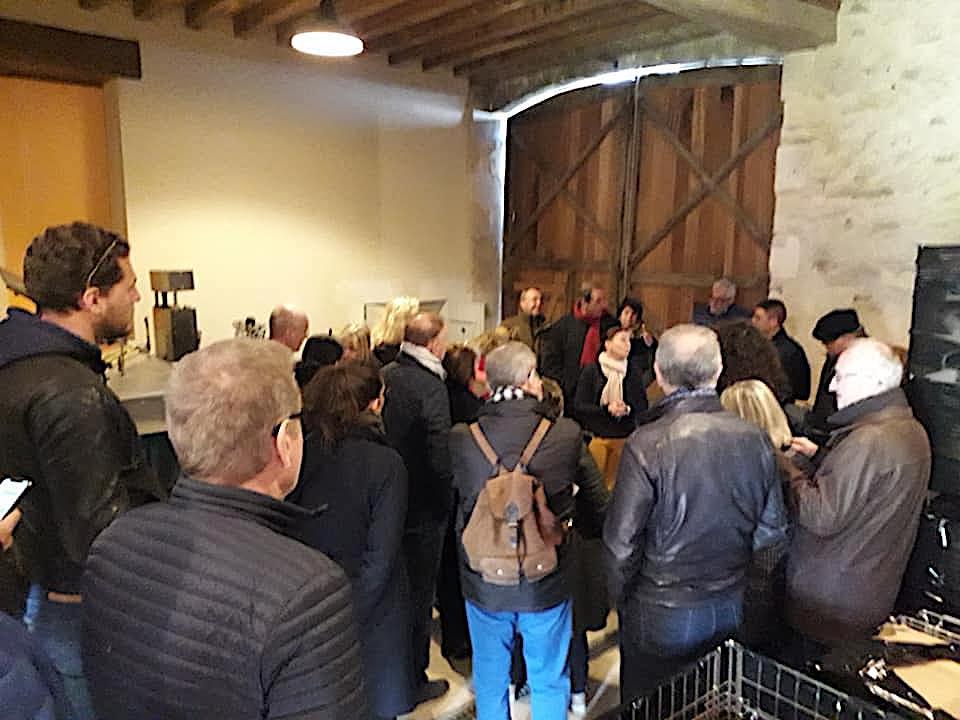 © Amandine Chevallier © Un groupe en visite et dégustation au Vignoble Angst à Pontigny